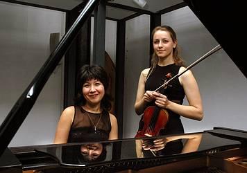 Gulnora Alimova (Klavier) und Jeanette Pitkevica (Violine) (Fotograf Schwetasch)